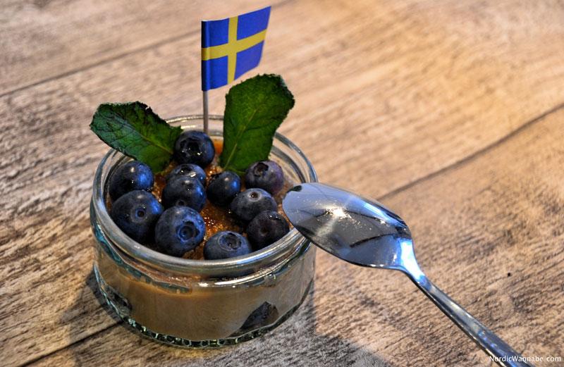 Zimtcreme aus Schweden , Finnland selbstgemacht mit Blaubeeren Heidelbeeren