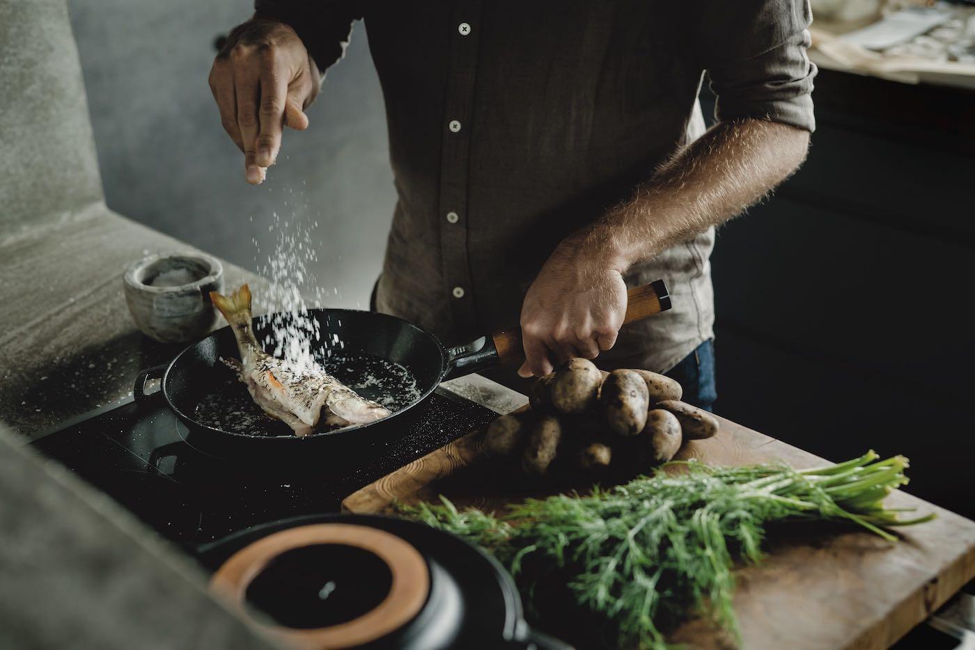 Gusseisen-Pfanne für Induktion , Fiskars, Finnland, Finnische Geschirrserie, Kochgeschirr